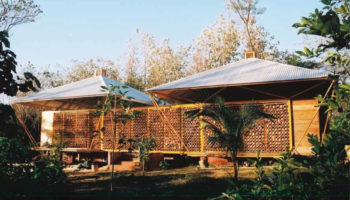 Atypique : une magnifique maison en bois faite de bambous