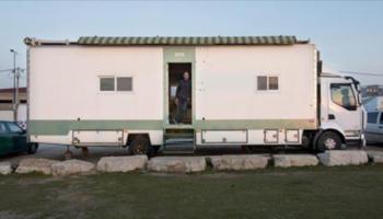 Un camion solaire converti en habitation en bois