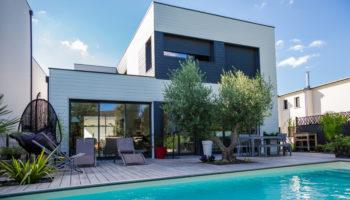 Zoom sur… Une maison ossature bois moderne jouant avec les  volumes et les matériaux