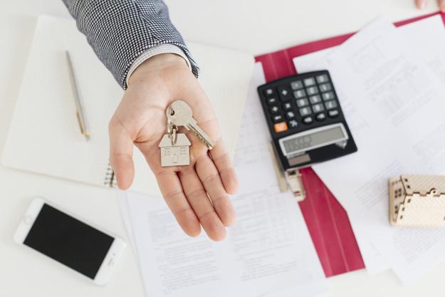 main-de-l-39-agent-immobilier-avec-les-cles_23-2147737917