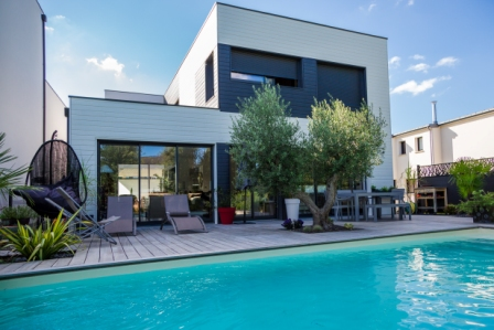 maison de style avec piscine