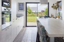 Une cuisine spacieuse très tendance avec un îlot central