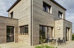Des terrasses en bois pour profiter des extérieurs de la maison