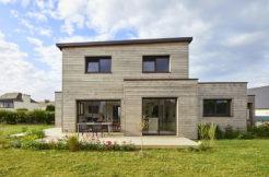 Vue arrière de la maison et de sa terrasse en bois