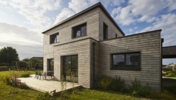 Maison en bois design et chaleureuse sur le littoral breton (29)