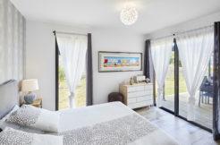 Chambre lumineuse avec double baie vitrée sur le jardin et la terrasse