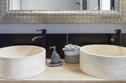 Meuble double vasque dans la salle d'eau