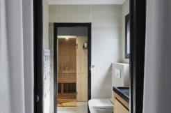 Salle d'eau avec accès au sauna depuis la chambre parentale