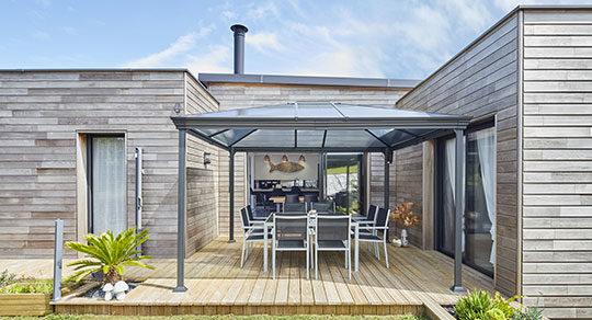 Maison en bois avec terrasse couverte