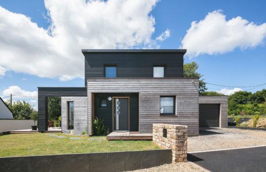 Maison en bois bicolore et modulaire en Bretagne (29)
