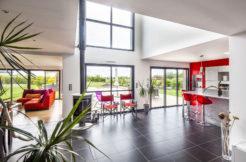 Une pièce de vie spacieuse et lumineuse avec accès à la terrasse