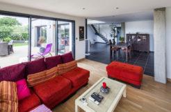 Un salon ouvert sur la salle à manger et la terrasse