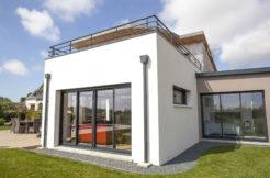 Une maison à la conception modulaire pour le salon et la suite parentale