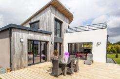 Maison mixte bois enduit et sa terrasse