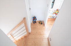 L'escalier mène à un pallier qui dessert deux chambres