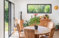 Une salle à manger dans l'esprit bois de la maison