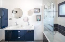 Salle de bain avec baignoire et meuble double vasque