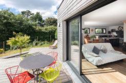 Un salon avec accès direct à la terrasse via un seuil encastré