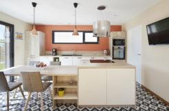 La cuisine semi-ouverte offre un bel espace de travail ergonomique et lumineux pour cuisiner