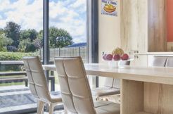 Finies les limites intérieures extérieures avec cette baie vitrée qui ouvre la cuisine sur la terrasse
