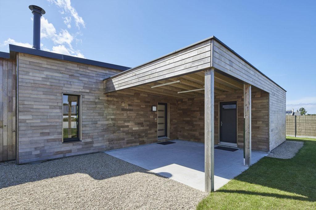 Zoom sur le carport bois construit en harmonie avec la maison