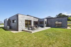 Une maison en bois à l'aspect modulaire
