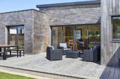 Une terrasse en bois pour profiter des extérieurs de la maison