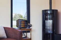 Le salon et sa grande ouverture vitrée verticale