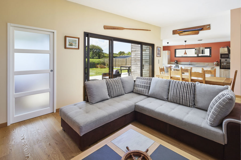 Un coin salon confortable aménagé dans la pièce de vie