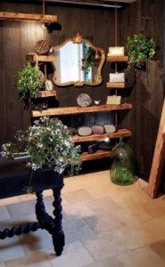 Le bois brûlé habille les murs de la maison avec élégance et modernité