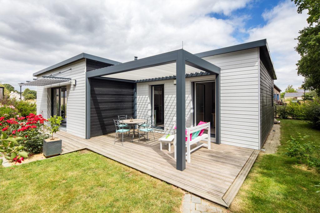Profiter des extérieurs de la maison sur la terrasse en bois