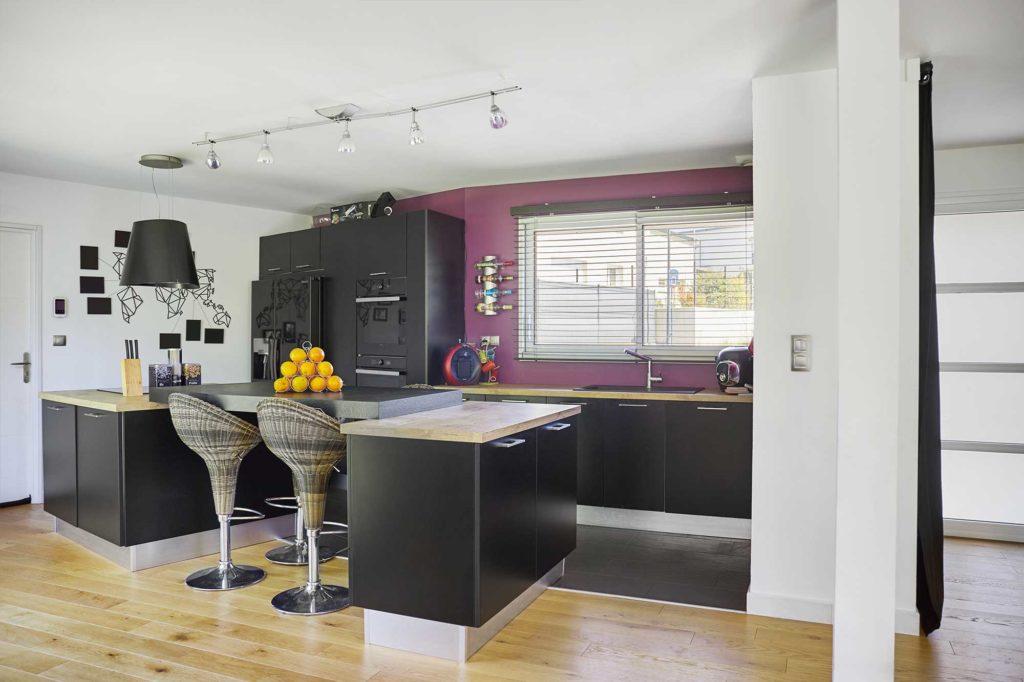 La cuisine ouverte est équipée d'un comptoir esprit bistrot