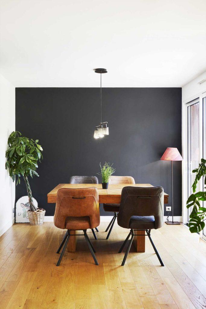 L'espace repas avec une décoration moderne à proximité d'une baie vitrée