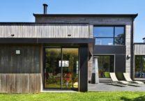 Photo de la maison en bois depuis le jardin