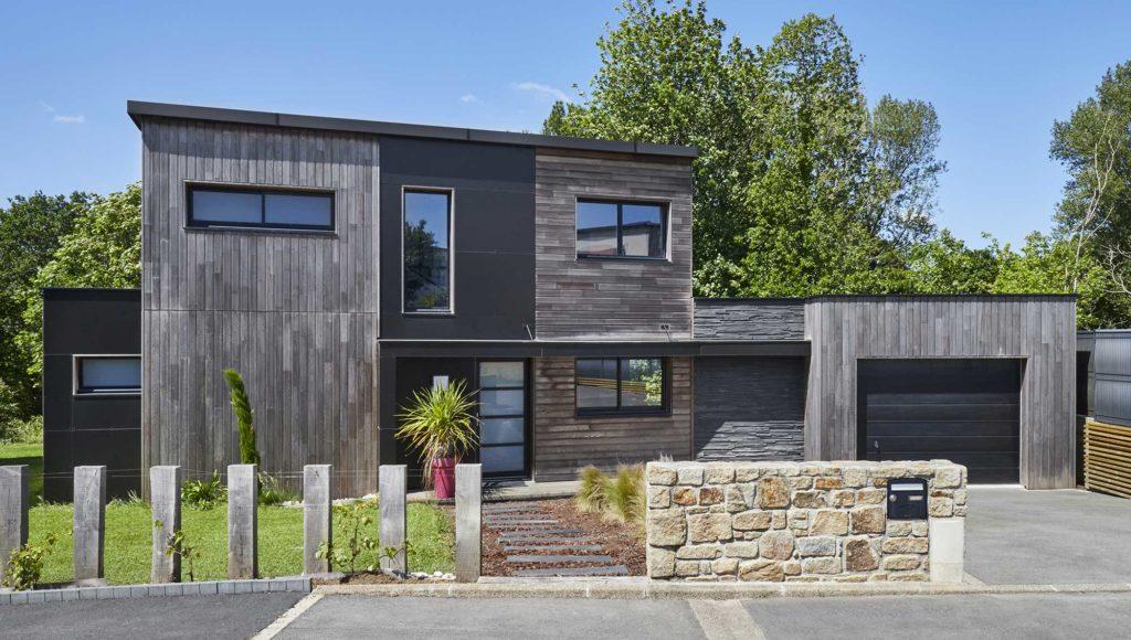 Maison à étage au bardage bois et toit plat