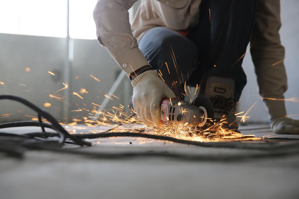 artisan travaillant sur un chantier