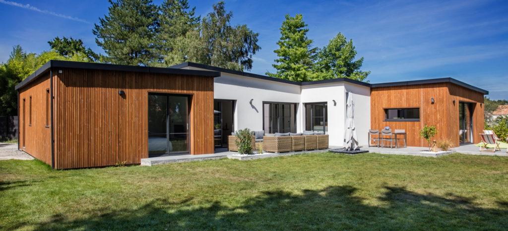 maison de plain pied en bois avec piscine