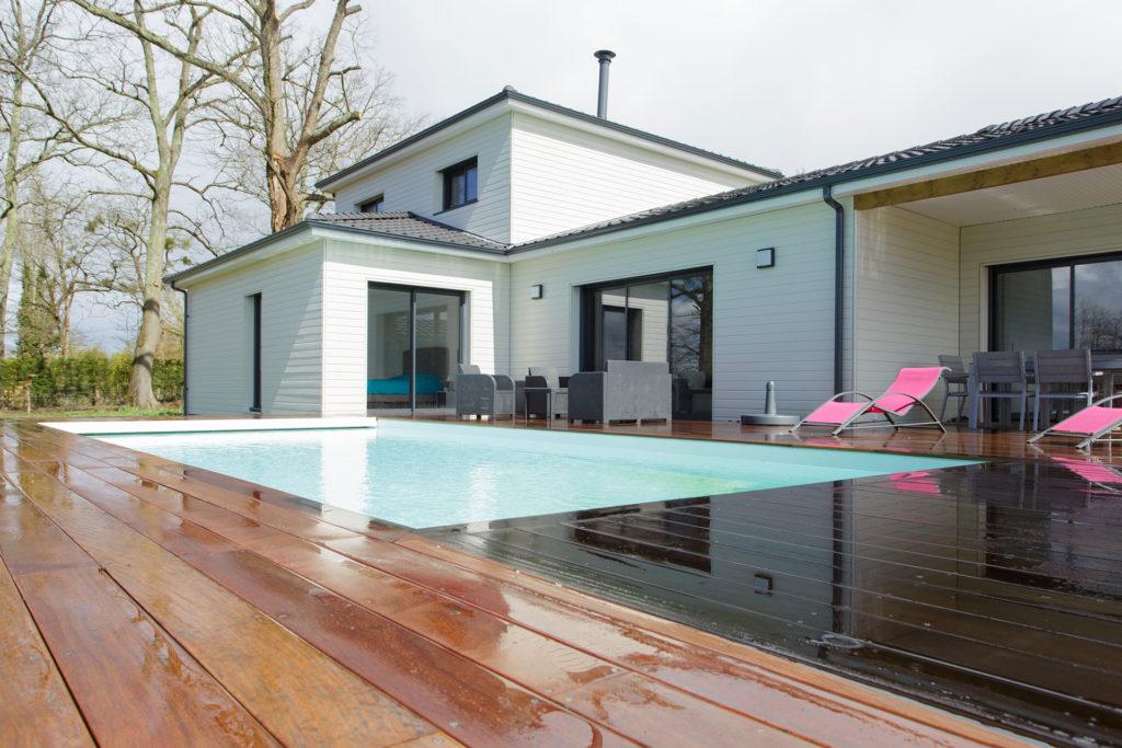 maison avec piscine vue de la terrasse